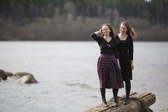 Νέα κορίτσια εφήβων που κάθονται στα παλαιά γλυπτά στο πάρκο Φύση στοκ φωτογραφία με δικαίωμα ελεύθερης χρήσης