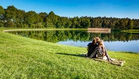 Νέα κορίτσια που αλιεύουν σε μια λίμνη Στοκ φωτογραφία με δικαίωμα ελεύθερης χρήσης