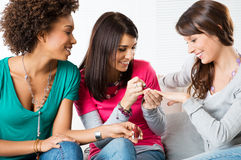 Νέα κορίτσια που εφαρμόζουν το χρώμα καρφιών Στοκ Εικόνες