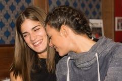 Νέα κορίτσια που πίνουν και που έχουν τη διασκέδαση από κοινού Στοκ Φωτογραφίες