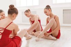 Νέα κορίτσια που τίθενται στα παπούτσια pointe στο στούντιο Στοκ Φωτογραφίες