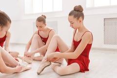 Νέα κορίτσια που τίθενται στα παπούτσια pointe στο στούντιο Στοκ εικόνες με δικαίωμα ελεύθερης χρήσης