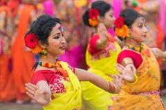 Νέα κορίτσια που χορεύουν στο φεστιβάλ Holi/άνοιξη Στοκ φωτογραφία με δικαίωμα ελεύθερης χρήσης