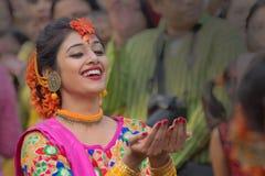 Νέα κορίτσια που χορεύουν στο φεστιβάλ Holi/άνοιξη Στοκ Εικόνες