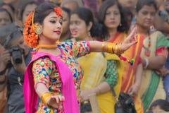 Νέα κορίτσια που χορεύουν στο φεστιβάλ Holi/άνοιξη Στοκ φωτογραφίες με δικαίωμα ελεύθερης χρήσης