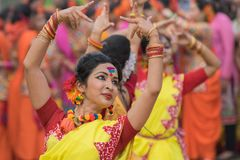 Νέα κορίτσια που χορεύουν στο φεστιβάλ Holi/άνοιξη Στοκ εικόνα με δικαίωμα ελεύθερης χρήσης