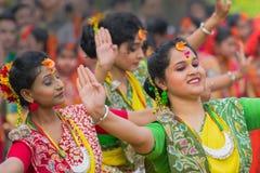 Νέα κορίτσια που χορεύουν στο φεστιβάλ Holi/άνοιξη Στοκ Φωτογραφίες