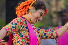 Νέα κορίτσια που χορεύουν στο φεστιβάλ Holi/άνοιξη Στοκ Φωτογραφία