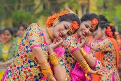 Νέα κορίτσια που χορεύουν στο φεστιβάλ Holi/άνοιξη Στοκ εικόνες με δικαίωμα ελεύθερης χρήσης