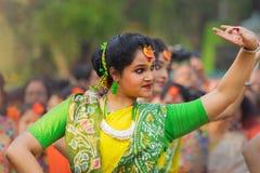 Νέα κορίτσια που χορεύουν στο φεστιβάλ Holi/άνοιξη Στοκ Εικόνα