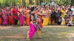 Νέα κορίτσια που χορεύουν στο φεστιβάλ Holi/άνοιξη απόθεμα βίντεο