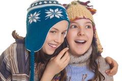 Νέα κορίτσια στα θερμά χειμερινά ενδύματα που μιλούν στη Mobil Στοκ εικόνες με δικαίωμα ελεύθερης χρήσης