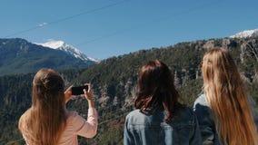 Νέα κορίτσια στην άποψη για να πάρει τις εικόνες απόθεμα βίντεο