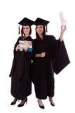 Νέα κορίτσια στο μανδύα σπουδαστών με το δίπλωμα και τα βιβλία Στοκ εικόνες με δικαίωμα ελεύθερης χρήσης