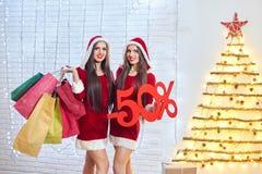Νέα κορίτσια χιονιού με τα χριστουγεννιάτικα δώρα Στοκ Εικόνα