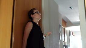 Νέα κουρασμένη γυναίκα που προέρχεται κατ' οίκον από την εργασία απόθεμα βίντεο