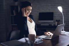 Νέα κουρασμένη εργασία εγκύων γυναικών στο σπίτι μόνο Η έγκυος γυναίκα δοκιμάζει τον πονοκέφαλο Στοκ φωτογραφία με δικαίωμα ελεύθερης χρήσης