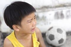 Νέα κραυγή και δάκρυ αγοριών στοκ φωτογραφία