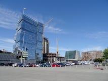 Νέα κτήρια κάτω από την οικοδόμηση κοντά στο γήπεδο ποδοσφαίρου Στοκ Εικόνες