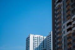 Νέα κτήρια με το σαφές υπόβαθρο ουρανού Στοκ Εικόνες