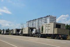 Νέα κτήριο και φορτηγά Στοκ εικόνα με δικαίωμα ελεύθερης χρήσης