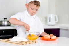 Νέα κτυπώντας αυγά ψησίματος αγοριών Στοκ εικόνες με δικαίωμα ελεύθερης χρήσης