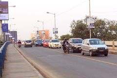 Νέα κυκλοφορία AEvening στην πόλη, αυτοκίνητα στο δρόμο εθνικών οδών, κυκλοφοριακή συμφόρηση στην οδό μετά από πεσμένος στοκ φωτογραφία