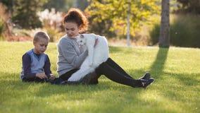 Νέα κυρία και αγόρι με τη γάτα του Μαίην Coon φιλμ μικρού μήκους