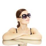 Νέα κυρία με τα γυαλιά ηλίου Στοκ Φωτογραφίες