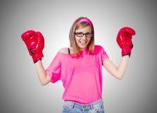 Νέα κυρία με τα εγκιβωτίζοντας γάντια στο λευκό Στοκ Φωτογραφίες