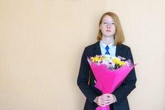 Νέα κυρία με την ανθοδέσμη των λουλουδιών Στοκ Εικόνες