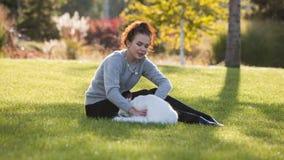 Νέα κυρία με τη γάτα του Μαίην Coon φιλμ μικρού μήκους