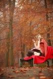 Νέα κυρία με τη λογοτεχνία Στοκ εικόνες με δικαίωμα ελεύθερης χρήσης