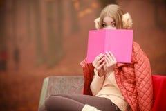 Νέα κυρία με τη λογοτεχνία Στοκ φωτογραφίες με δικαίωμα ελεύθερης χρήσης