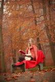 Νέα κυρία με τη λογοτεχνία Στοκ φωτογραφία με δικαίωμα ελεύθερης χρήσης
