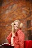 Νέα κυρία με τη λογοτεχνία Στοκ Εικόνες