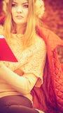 Νέα κυρία με τη λογοτεχνία Στοκ Φωτογραφίες