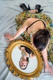 Νέα κυρία με τον αναδρομικό καθρέφτη Στοκ εικόνες με δικαίωμα ελεύθερης χρήσης