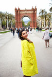Νέα κυρία μπροστά από Arch de Triumph Στοκ εικόνα με δικαίωμα ελεύθερης χρήσης