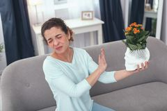 Νέα κυρία που αισθάνεται αβέβαιη για μια αλλεργία που προκαλεί τις εγκαταστάσεις Στοκ φωτογραφία με δικαίωμα ελεύθερης χρήσης