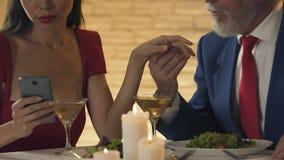 Νέα κυρία που δεν δίνει καμία προσοχή στον παλαιό σύζυγο, που κουβεντιάζει με τον εραστή στο smartphone φιλμ μικρού μήκους