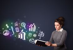 Νέα κυρία που διαβάζει ένα βιβλίο με τα επιχειρησιακά εικονίδια Στοκ φωτογραφία με δικαίωμα ελεύθερης χρήσης