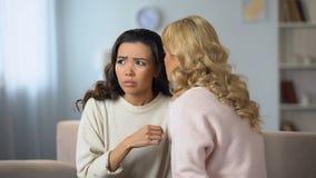 Νέα κυρία που διοργανώνει τη σοβαρή συζήτηση με το καλύτερο φίλο, κακές ειδήσεις, απογοήτευση ζωής απόθεμα βίντεο