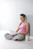 Νέα κυρία που διαβάζει ένα βιβλίο στοκ εικόνες