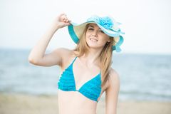 Νέα κυρία που κάνει ηλιοθεραπεία σε μια παραλία Όμορφη τοποθέτηση γυναικών Στοκ Εικόνες