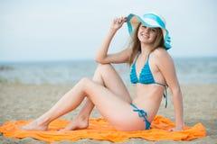 Νέα κυρία που κάνει ηλιοθεραπεία σε μια παραλία Όμορφη τοποθέτηση γυναικών Στοκ φωτογραφία με δικαίωμα ελεύθερης χρήσης