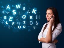 Νέα κυρία που κάνει το τηλεφώνημα με τους λαμπρούς χαρακτήρες Στοκ Εικόνες