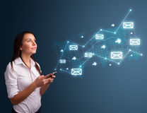 Νέα κυρία που κρατά ένα τηλέφωνο με τα βέλη και τα εικονίδια μηνυμάτων Στοκ εικόνες με δικαίωμα ελεύθερης χρήσης