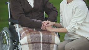 Νέα κυρία που κτυπά τα ανώτερα αρσενικά χέρια, την οικογενειακή υποστήριξη και την προσοχή, αγαπώντας συγγενής απόθεμα βίντεο
