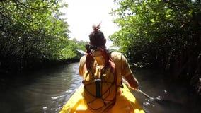 Νέα κυρία που κωπηλατεί σκληρά το καγιάκ θάλασσας με τα μέρη απόθεμα βίντεο